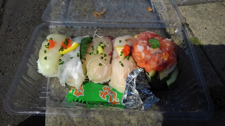 唐戸市場でお寿司
