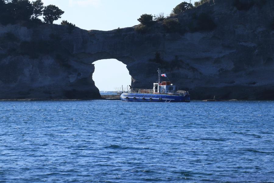 円月島と舟